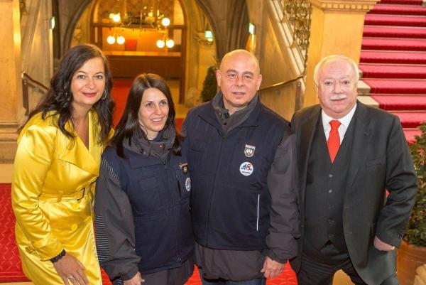 Stadträtin Ulli Sima, zwei WasteWatcher und Bürgermeister Michael Häupl