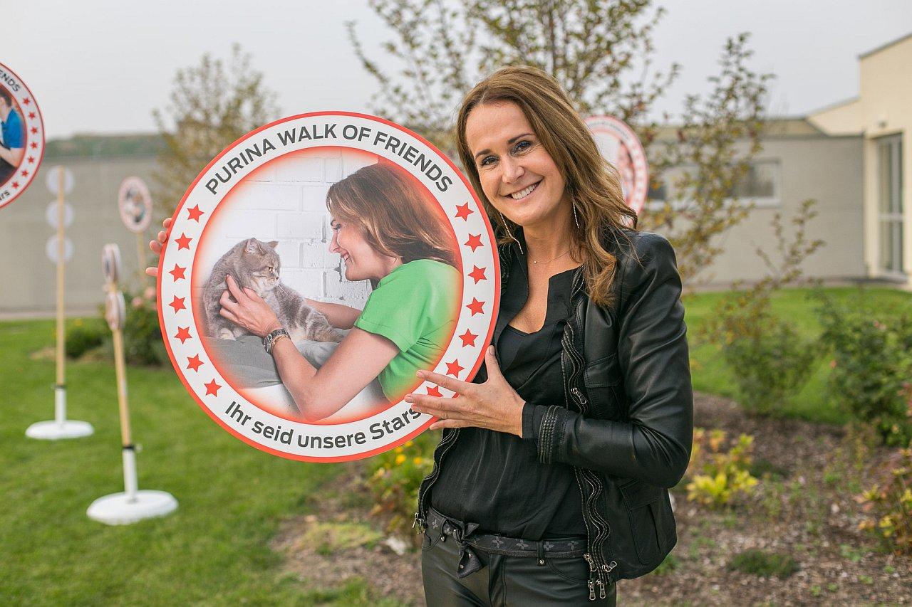 Walk of Fame für Tier und Mensch: 2000 Näpfe Tierfutter gespendet